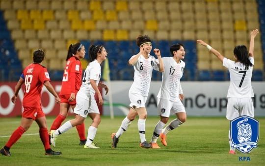 여자축구대표팀 선수들이 필리핀전 득점 직후 환호하고 있다. [사진 대한축구협회]