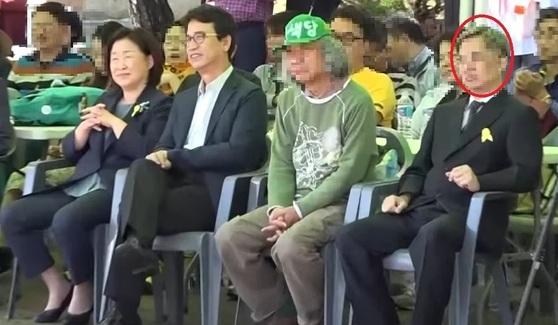 드루킹 추정 인물(빨간색 원)이 2016년 10월 3일 '10·4 남북 정상 선언 9주년 행사'에서 심상정 당시 정의당 대표, 유시민 전 보건복지부 장관, 녹색당 관계자(왼쪽부터)와 나란히 앉아 있는 모습. 이 행사는 드루킹이 주도하는 '경제적 공진화 모임'이 정의당 고양·파주 지역위원회 등과 공동 주최했다. [시사타파 TV 캡처]