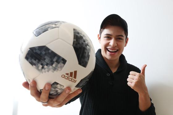 멕시코 출신의 방송인 크리스티안 부르고스가 수원 JS컵 홍보대사로 활약한다. 우상조 기자
