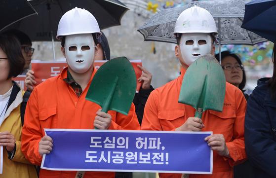 4월 17일 서울 종로구 광화문광장에서 한 시민단체가 도시공원 일몰제 해결을 촉구하는 공동 기자회견을 열고 있다.