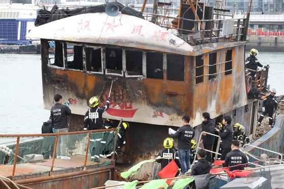 2016년 9월 전남 신안군 홍도 해상에서 불법조업 중 우리 해경이 투척한 섬광폭음탄에 불이 난 중국 어선. [중앙포토]