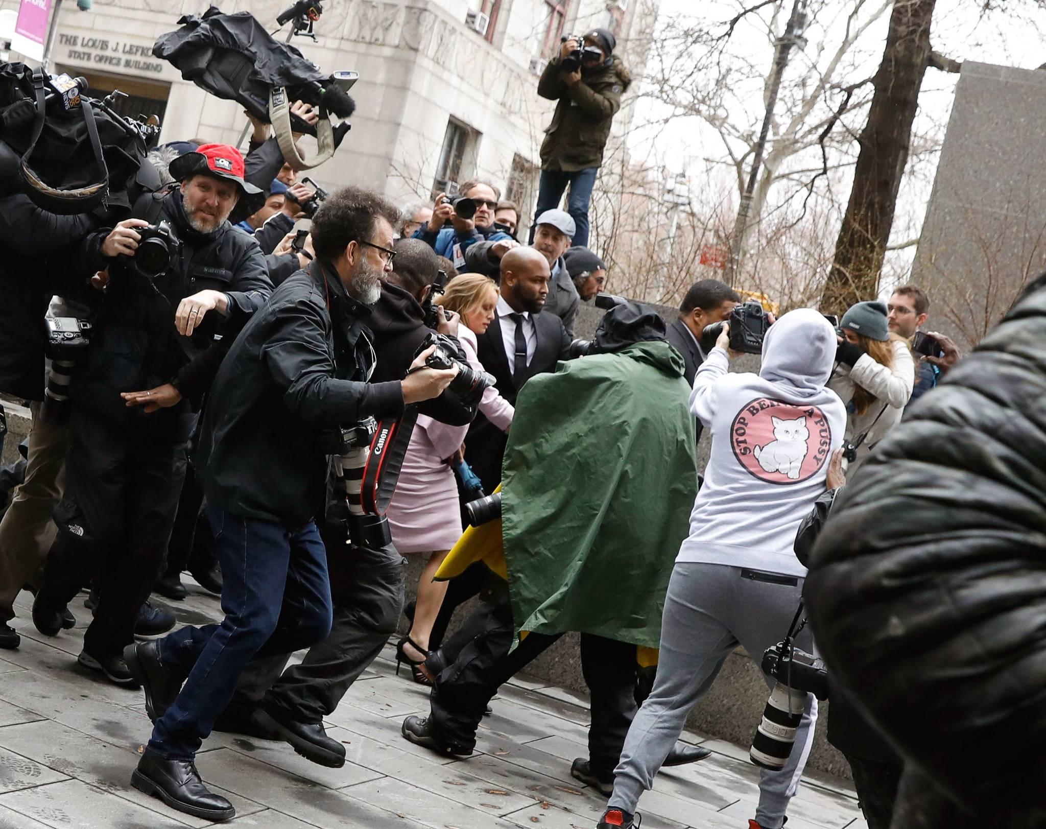 스토미 대니얼스가 16일(현지시간) 연방법원에 출석하고 있다. 그에 대한 세간의 관심을 대변하듯 이날 법원 앞은 취재진들로 붐볐다. [로이터=연합뉴스]