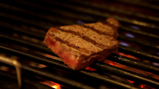 차콜바 '페페로니'의 대표 메뉴는 비장탄으로 굽는 숯불 요리다.