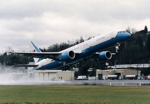 미 공군의 정부 고위급 인사 전용기 C-32. 민항기인 보잉 757-200을 개조했다. 미국 부통령이 주로 타 '에어포스 투'라고 불린다. 미 대통령 영부인, 국무부 장관도 이용하며, 내각과 의회의 고위급도 탑승할 수 있다.  [사진 미 공군]
