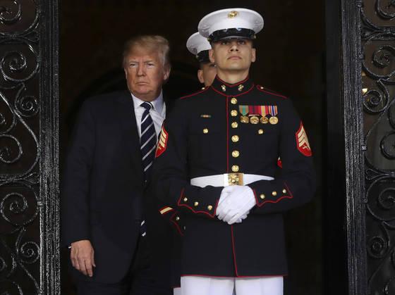 도널드 트럼프 미 대통령이 17일(현지시간) 정상회담에 앞서 아베 신조 일본 총리를 맞이하기 위해 나서고 있다. [AP=연합뉴스]