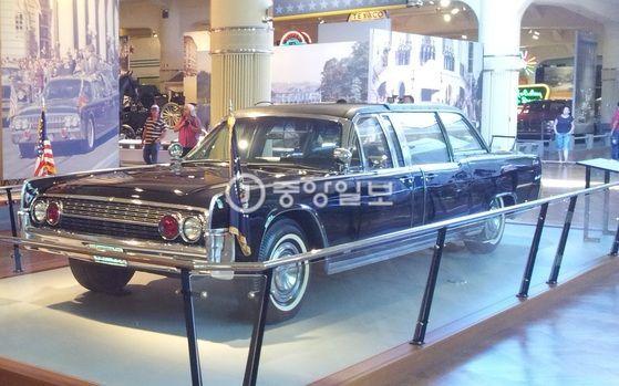 포드는 케네디 피살 이후 백악관에 납품했던 링컨 컨티넨털을 가져다 본사 미시건 디어본에 있는 헨리 포드 박물관(Henry Ford Museum of American Innovation)에서 전시하고 있다. 비극적인 모습을 가리고자 뚜껑은 덮은 채 공개하고 있다. 디어본=강병철 기자