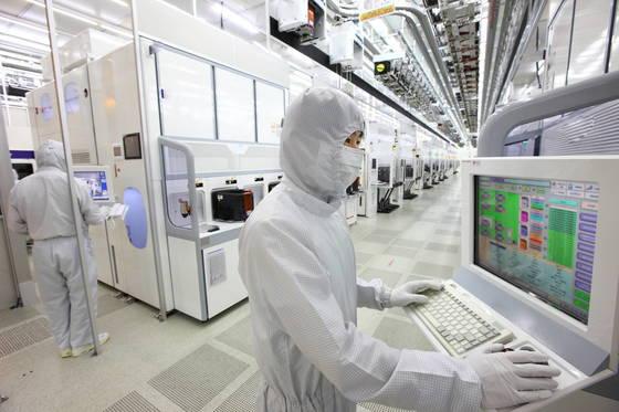 평택 반도체 공장과 인접한 삼성전자 화성 반도체 15라인의 내부 전경. [중앙포토]