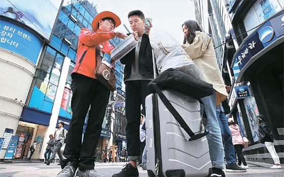 지난 13일 서울 명동을 찾은 중국 관광객. 아직 중국 당국의 '한한령' 해제 움직임은 없다. [연합뉴스]