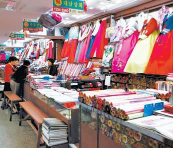 서문시장 상가에 있는 한복점. 다양한 종류의 한복이 눈길을 끈다.