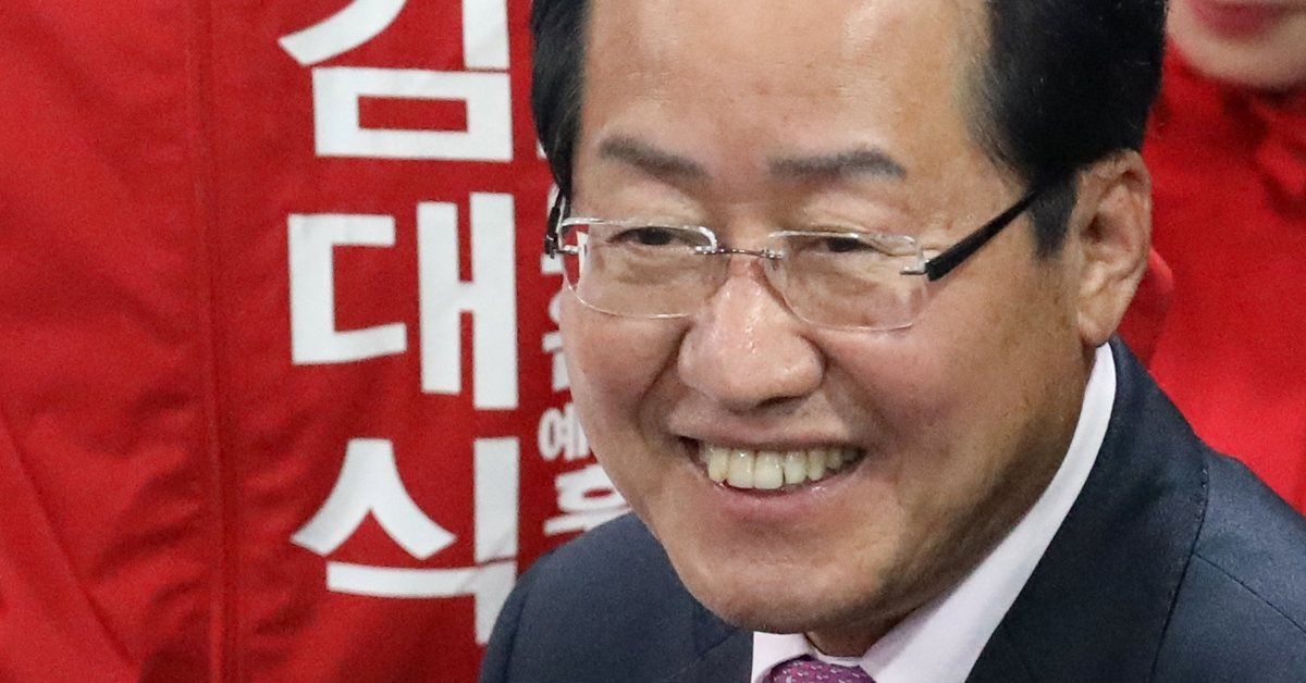 홍준표 자유한국당 대표가 18일 오후 부산 해운대구 반여동 김대식 해운대구을 국회의원 예비후보 선거사무소 개소식에서 참석자들과 인사를 하고 있다. [뉴스1]