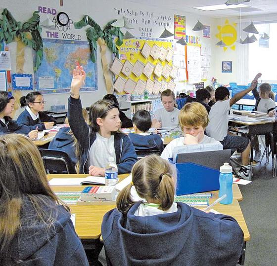 어바인의 알리소 비에호 중학교에서 한국 학생들이 현지 학생들과 공부하고 있다.
