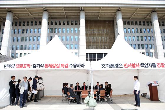 '민주당원 댓글 조작 사건'을 '게이트'로 규정한 자유한국당이 17일 국회 본청 앞에 천막을 설치하고 무기한 농성에 돌입했다. 한국당은 전 의원이 돌아가면서 천막에서 밤샘 농성을 펼칠 예정이다. [오종택 기자]