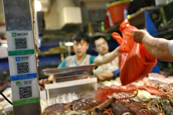 모바일 간편결제가 일반화된 중국에서는 재래시장에서도 텐센트의 위챗페이, 알리바바그룹의 알리페이 앱으로 결제할 수 있다. [EPA=연합뉴스]