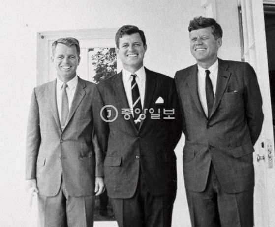 미국 민주당 정권의 실세 케네디(Kennedy) 가문. 오른쪽부터 존 F 케네디 대통령, 테드 케네디 연방 상원의원, 바비 케네디 법무장관. [중앙포토]