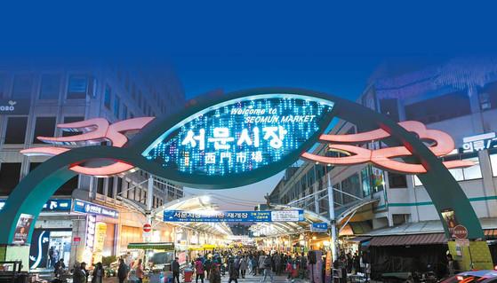 2017 한국관광의 별에 빛나는 서문시장. 밤이 되면 다양한 즐길거리가 있는 야시장으로 변한 다. 전통시장의 역할을 하는 것은 물론 관광지 로도 손색이 없다.