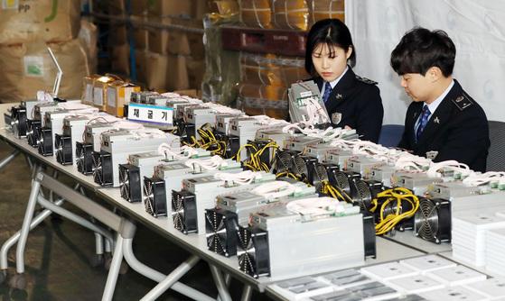 지난 1월 인천본부세관 직원들이 불법 암호화폐 채굴기를 공개하고 있다. [연합뉴스]