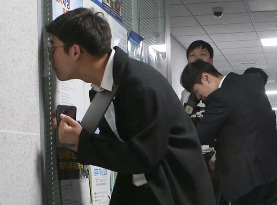 김경수 의원의 경남지사 출마선언 일정을 19일 오전 전격 취소했다. 김 의원실에 대한 검찰 압수수색설까지 나돌았지만 오보였다. 김 의원실에 기자들이 몰려있다. 오종택 기자
