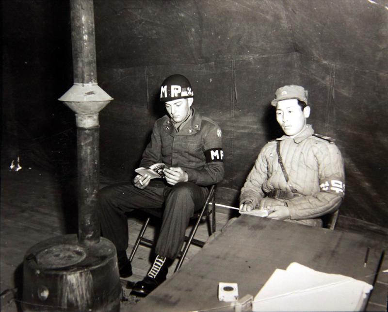 1951년 11월 9일 휴전회담 중 유엔군 소속 도널드 피커츠(Donald Pickarts) 일병과 공산군 소속 병사가 함께 휴식을 취하고 있다. [사진 국사편찬위원회 캡쳐]