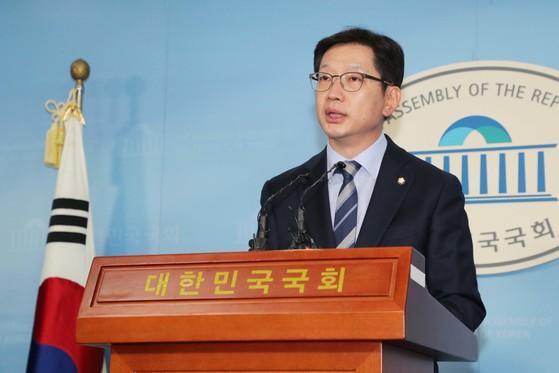 더불어민주당 김경수 의원이 19일 오후 국회 정론관에서 경남지사 출마를 선언하고 있다. [연합뉴스]