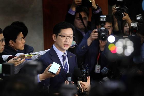 더불어민주당 김경수 의원이 19일 국회 정론관에서 경남지사 출마 선언을 한 뒤 기자들의 질문에 답하고 있다. 오종택 기자