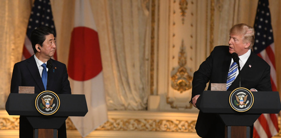 18일(현지시간)기자회견하는 아베 신조 일본 총리와 도널드 트럼프 미국 대통령[UPI=연합뉴스]