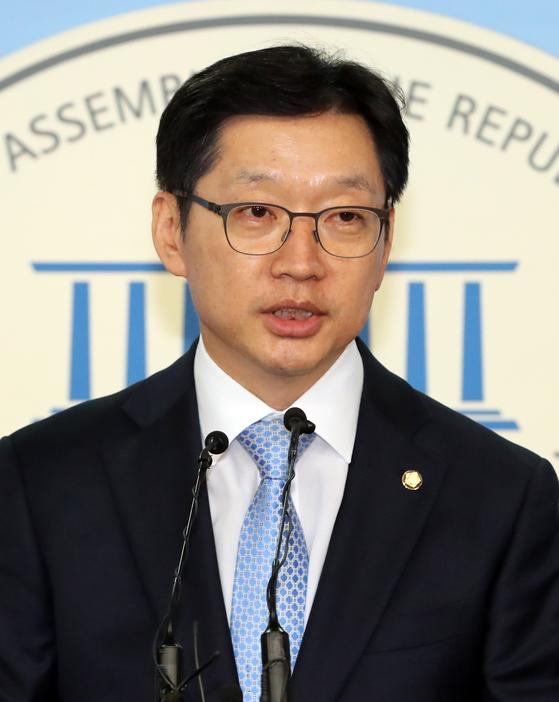 민주당 당원 댓글공작과 관련 의혹을 받는 더불어민주당 김경수 의원이 16일 오후 국회 정론관에서 입장을 밝히고 있다. [연합뉴스]