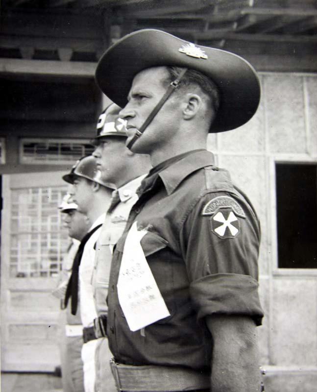 1953년 7월 27일 휴전협정이 조인되던 날 조인식장에 이르는 통로에 유엔군의 의장대인 호주군 소속 맥스 파킨스(Max Parkins) 이병 도열해 있다. [사진 국사편찬위원회 캡쳐]