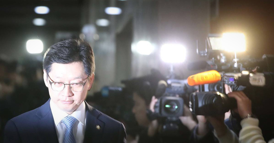 김경수 더불어민주당 의원이 지난 16일 민주당원 댓글조작 사건에 대해 설명을 하기 위해 국회 정론관에 들어서고 있다. 오종택 기자