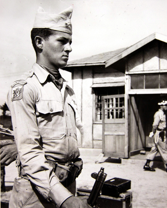 1953년 7월 27일 휴전협정이 조인되던 날 조인식장에 이르는 통로에 유엔군의 의장대인 콜롬비아군 소속 오노리오 오스피나(Honorio Ospina) 이병이 도열해 있다. [사진 국사편찬위원회 캡쳐]