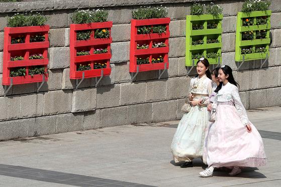 완성된 쌈지 정원앞을 한복을 입은 시민들이 지나가고 있다. 장진영 기자