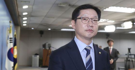민주당 김경수 의원이 19일 서울 여의도 국회 정론관에서 경남지사 출마 기자회견을 마친 뒤 자리를 떠나고 있다. 임현동 기자