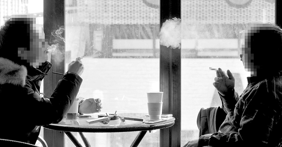 대전시 서구의 한 흡연카페에서 손님들이 담배를 피우며 이야기를 나누고 있다. [대전=프리랜서 김성태]