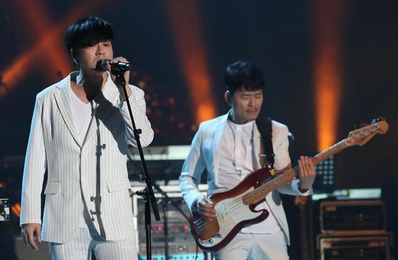 평양 류경정주영체육관에서 열린 남북합동공연 '우리는 하나'에서 YB밴드가 열창하고 있다. [연합뉴스]