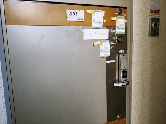 드루킹의 부인 최모씨 명의로 된 경기도 파주의 아파트 현관문. 잠금장치 4개와 CCTV가 설치돼 있다. 드루킹이나 이곳 주소 등록을 한 측근 박모(필명 서유기)씨가 설치한 것으로 추정된다. [김정연 기자]