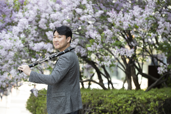도쿄 필하모닉 오케스트라 클라리넷 수석 연주자인 조성호 씨가 16일 광화문 거리에서 포즈를 취하고 있다.