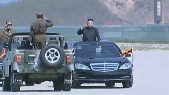 북한군 화력훈련에 앞서 검은색 벤츠를 타고 부대를 사열 중인 김정은 북한 노동당 위원장. / 사진:조선중앙TV