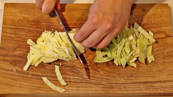 양배추는 두껍게 채 썰어 준비한다.