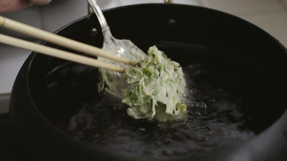 고소한 튀김요리를 쉽고 간단하게 만들어 먹고 싶을 때는 양배추 튀김이 제격이다. [사진 영화 '리틀 포레스트2-겨울과 봄' 캡처]