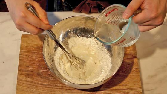 밀가루와 감자 전분, 얼음물을 섞어 튀김 반죽을 만든다.