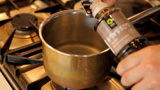 간장과 설탕을 넣고 다시 한 번 끓인다.