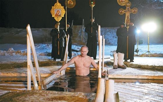 블라디미르 푸틴(65) 러시아 대통령이 지난 1월 19일 모스크바 북쪽 셀리게르 호수에서 러시아 정교회 축일(신현절)을 맞아 차가운 물에 몸을 담그는 정화의식을 치르고 있다. 푸틴 대통령은 그동안 대중에게 강인한 이미지를 심어주기 위해 오토바이와 전투기 조종, 심지어 봅슬레이에 도전하기도 했다. / 사진:연합뉴스