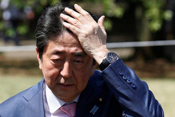 21일 도쿄 신주쿠에서 열린 벚꽃 행사에서 기자들의 질문에 답변하는 아베 신조 총리[로이터=연합뉴스]