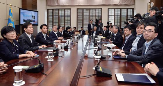 4월 9일 청와대 여민관에서 문재인 대통령 주재로 열린 수석보좌관회의.