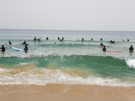 지난 15일 강원도 양양군 현남면 죽도 해변을 서퍼들이 서핑을 즐기고 있다. 박진호 기자