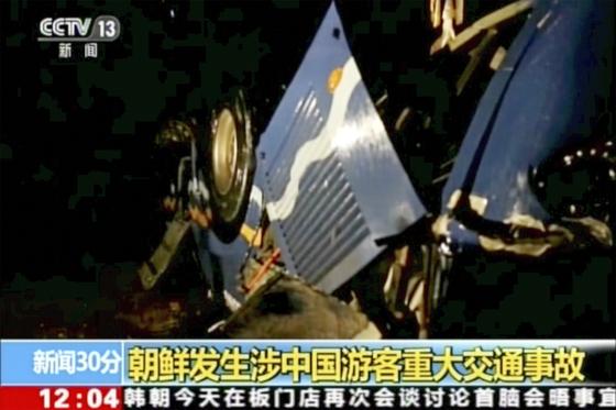 22일 북한 황해북도에서 대형 교통사고가 발생해 중국인 관광객 32명이 숨지고 2명이 다쳤다. 북한 주민 4명도 희생됐다. 사진은 중국중앙방송의 사고 현장 영상. [AP=연합]