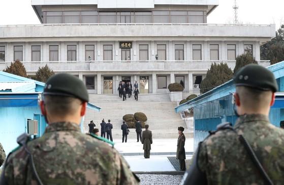 지난 9일 남북 고위급 회담을 위해 판문점 북측 지역인 판문각 계단을 내려오는 북한 대표단의 모습. 이들은 군사분계선을 넘어 회담 장소인 남측 지역 평화의집으로 이동했다. 이날 25개월만에 마주한 남북은 인사말에만 10분을 할애하며 탐색전을 펼쳤다. [사진공동취재단]