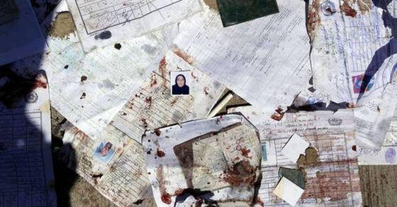 4월 22일 아프가니스탄 수도 카불의 유권자등록센터에서 자살폭탄 테러가 발생해 수십명이 죽고, 수백여 명이 다쳤다. 테러 현장에 어지럽게 널려 있는 각종 서류들. [EPA=연합뉴스]