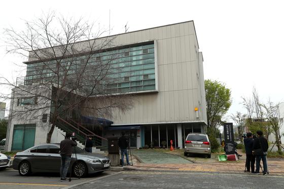 더불어민주당 당원이자 파워블로거 '드루킹' 일당의 댓글 조작 사건을 수사하는 경찰은 지난 22일 경기도 파주 느릅나무 출판사를 압수수색했다. 장진영 기자