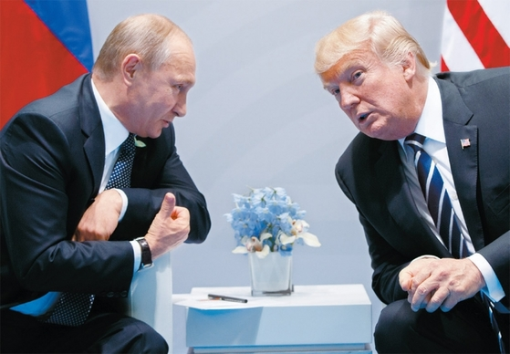 블라디미르 푸틴 러시아 대통령(왼쪽)과 도널드 트럼프 미국 대통령은 지난해 7월 7일 독일 함부르크에서 열린 G20 정상회의를 계기로 첫 정상회담을 했다. [사진 연합뉴스]