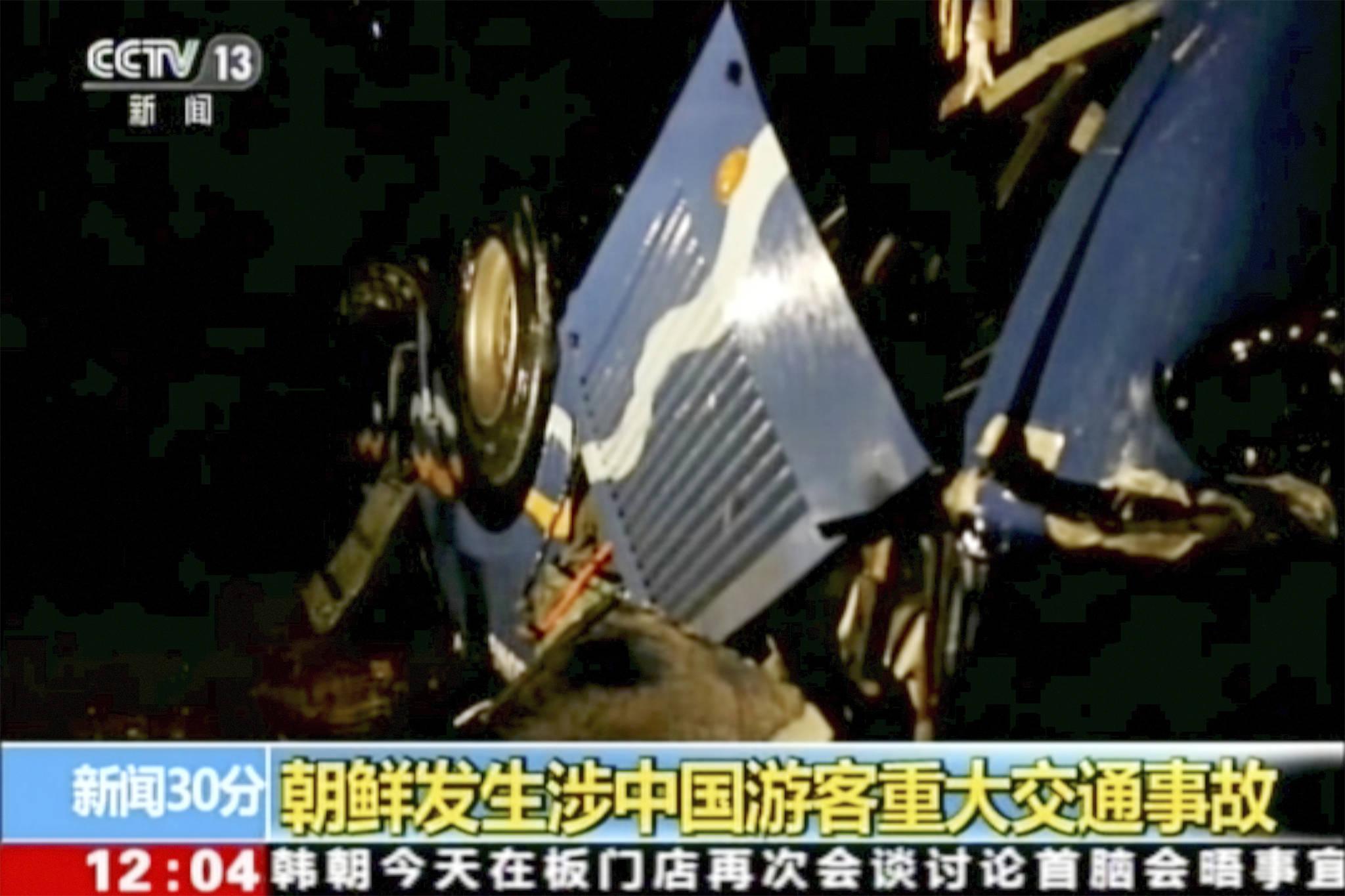 22일 북한 황해북도에서 대형 교통사고가 발생해 중국인 관광객 32명이 숨지고 2명이 다쳤다. 북한 주민 4명도 희생됐다. 사진은 중국중앙방송의 사고 현장 영상. [AP=연합뉴스]